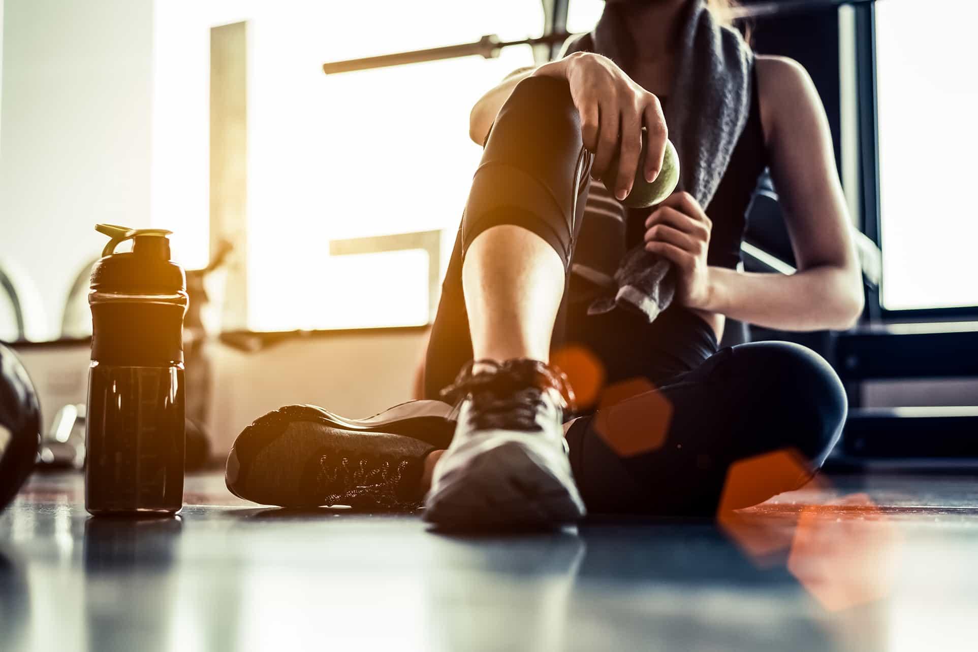 Neerslachtige Vrouw Zit Op De Grond In De Sportschool